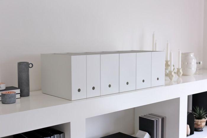オープンスペースにもファイルボックスを並べることで、収納スペースを確保することができます。棚の上にのせてしまうというのは、新しいアイデアですね。