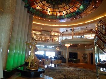写真は、飛鳥Ⅱの船内の様子です。なんとエレガント♪ 洋上の楽園での極上な時間が約束されたようなラグジュアリーな雰囲気ですね。