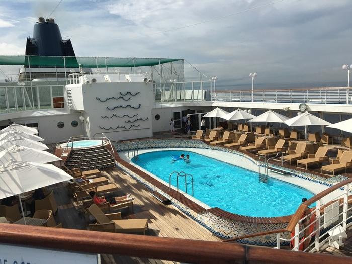 船内には、レストラン・ラウンジをはじめ、ホール&シアター、パドルテニスなどが楽しめるスポーツエリア、スパ、カジノコーナーなど充実の施設が整っています。写真は、シーホースプール。