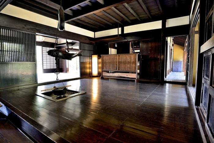 しっかりとした梁と柱が家を支えている日本の古い建築工法で建てられた古民家は、広々とした空間に懐かしさと落ち着いたしっとりした雰囲気が何とも素敵です。昔の古民家で使われていた家具やインテリアは木や土であったり自然にあるものを素材としたものでした。囲炉裏の上の木製の自在鉤(鍋などをつる鉤)も魚の形をしています☆魚は水に由来するから火事にならないように、という意味で魚の形をしているのだそうです。
