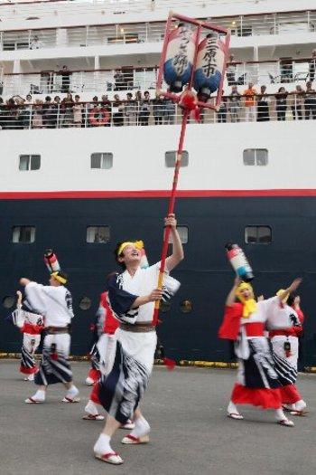 寄港するときにも、やっさ踊りやジャズ演奏など客船歓迎イベントが行われたりするんですね。