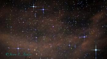 左上部で輝くのがポルックス。そのななめ右下の青白い星がカストルです。  地球から見た明るさではポルックスの方が明るいため1等星とされていますが、より正確な明るさの尺度である「絶対等級」というランクに照らすと、実は兄のカストルの方がやや明るいという、ある意味納得の序列になっています。
