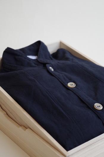 こちらは「すみくろ」。 京和晒綿紗のパジャマは贈り物としても人気です。
