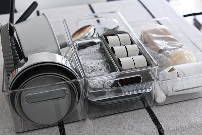 あまり使わないようなお菓子のグッズなどはクリアケースに入れて、なにがどこに入っているのか一目で分かるようにするというのも、いいアイデアです。