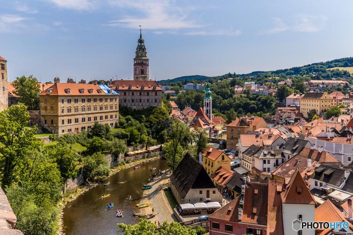 南ボヘミア州の山間部に位置する小さな街、チェスキー・クルムロフは、中世の面影を色濃く残すチェコ屈指の景勝地です。赤レンガ屋根をした家々と、周囲の豊かな緑が見事に融和し、チェスキー・クルムロフは、「世界一美しい街」とも称されています。