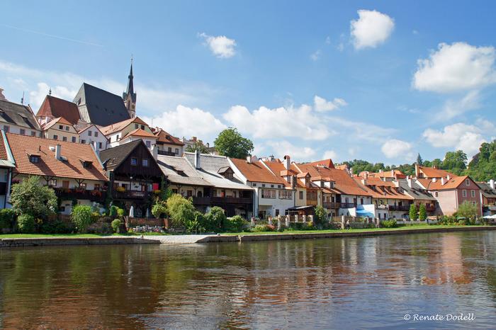 湾曲しながら悠然と流れるヴルタヴァ川沿いには、可愛らしい家々が並んでいます。チェスキー・クルムロフ旧市街を歩いていると、絵本に迷い込んだような気分を覚えます。