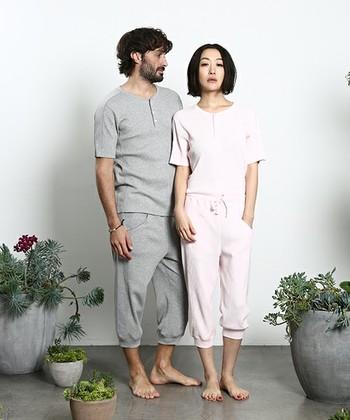ワッフル生地のヘンリーネックシャツ&リラックスレギンスのセットアップ!ボーイフレンドや夫さんとペアーで着ても素敵です。