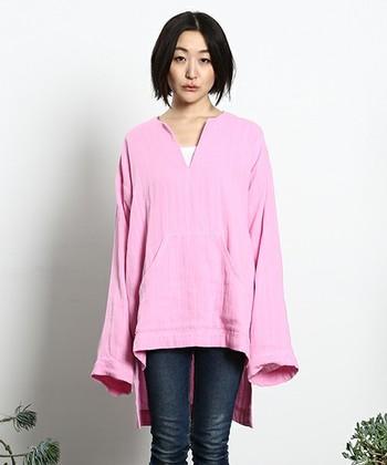 再びブームの兆しのあるミレニアルピンク。シャリ感と吸水性に優れた素材を用いたサイドスリットシャツ。パジャマやインナーの上にさらっと羽織って。