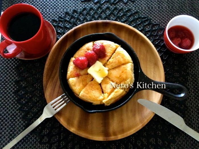 豆腐入りの厚焼きパンケーキは、お好みのトッピングで召し上がれ♪ 今日は、手作りの苺ジャムとバターとメープルシロップ