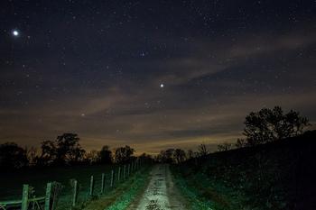 ちょうど写真の道の上に輝くのがカペラ。肉眼や天体望遠鏡で観測することは難しいですが、カペラも二重星です。