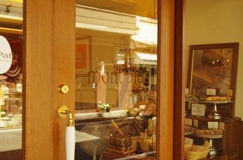 お店に集う人は、みんなファミリーだという気持ちだそう。 店内はガラス張りで、製作の様子も見えます。 そういう演出も、シェフの粋なはからいですね。