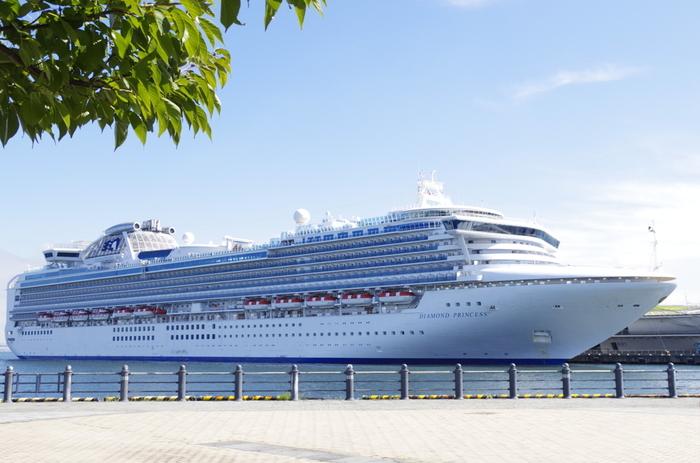 ダイヤモンド・プリンセスは、イギリス船籍ではありますが、三菱重工長崎造船所で竣工した日本生まれの客船。日本で建造した客船では最大だとか。乗客定員2,706人、乗組員数1,100人。全長290m。横浜発着で長崎から釜山を周る6日間のコースなどショートクルーズが楽しめます。