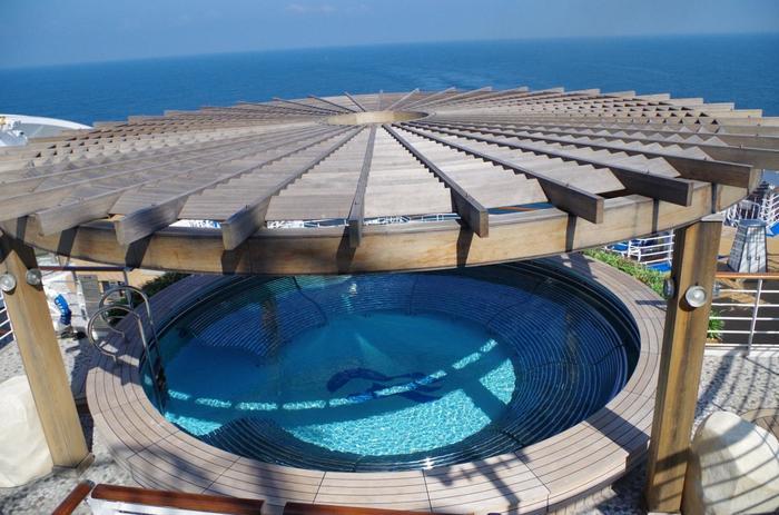 日本発着のダイヤモンド・プリンセスでは、15階サンデッキにある洋上最大級の大浴場「泉の湯」も楽しみのひとつ。壮大なオーシャンビューを満喫しながら、岩風呂や檜風呂、サウナなどでくつろげます(大浴場は有料・要予約)。