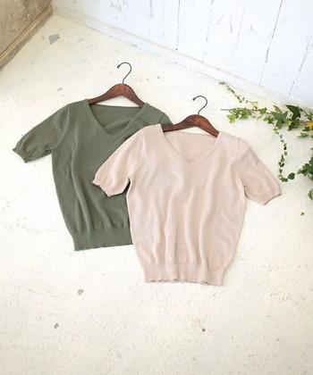 キレイなパステルカラーのニットは、春コーデの必需品。まだ寒い日は中にシャツをインして、暖かくなれば1枚でサラリと着こなしたい。