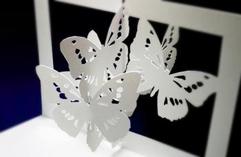 開くと、ひらひらと蝶が舞い上がる、なんとも美しい作品。そっと吹き込む風にゆれる繊細な姿は、本当に蝶が舞っているような雰囲気があり、いつまでも見ていたい気分になります。