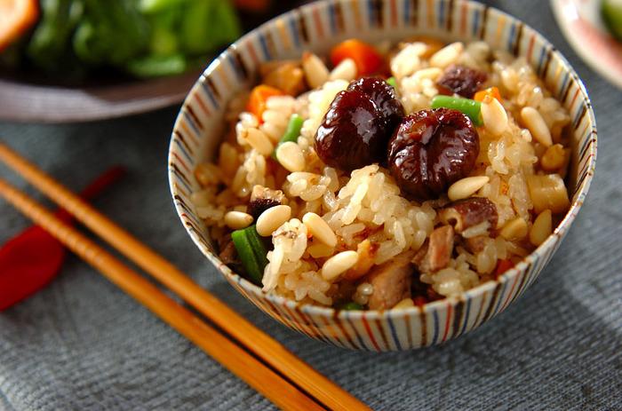 干し海老や干し椎茸を使って、うまみも風味も満点の本格的な中華おこわに。天津甘栗や松の実などの中華食材も、いい味わいを添えます具だくさんなのでお弁当にしたら、おかずは不要になりそうですね。