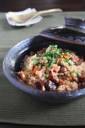 ソーセージと中華だしで作る、子供にも人気のおこわ。オイスターソースもきかせたコクのある味で、野菜嫌いなお子さんも食べられそうですよ。