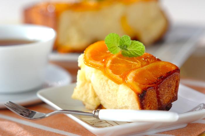 オレンジの酸味や皮のほろ苦さをたっぷり活用したモンキーブレッド。オレンジの輪切りを飾りに使っているのもおしゃれ。紅茶とよく合いそうです。