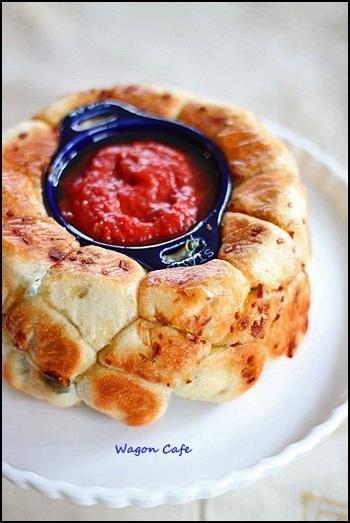 厚手で使い勝手が良くて人気のフランスのお鍋、ストウブを使って焼き上げたピザモンキーブレッド。トマトソースはディップにしていただきます。大人も子供も喜ぶアイデアレシピです。