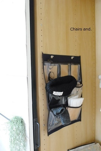 クローゼットの脇も収納スペースに。マフラーや手袋、帽子などもウォールポケットに入れて、すぐにお出かけできるようにスタンバイ。