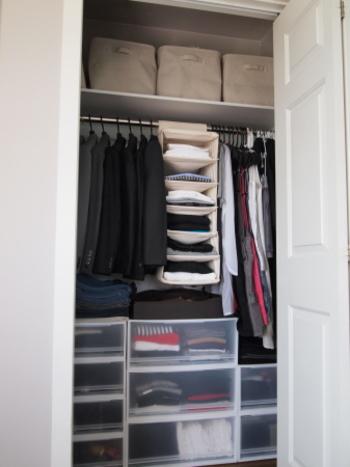 日本のクローゼットの場合、扉を開けると、服をかけられるポールが1本と上の棚のみというタイプが多いと思います。そこで、下のスペースも有効に使うために、洋服は長さをそろえて掛け、短い洋服の下に収納ケースなどをおいて収納力をアップさせると効率が良くなります。