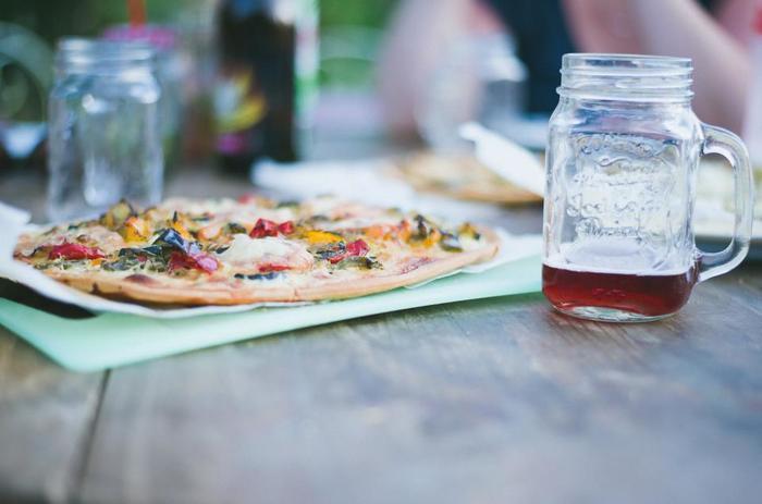 ピザがBBQで出てきたら盛り上がること間違いなし!グリルでピザもできちゃうんです。  <材料> ガーリックナン 3枚(もしくはビザ生地) チキンソーセージ 3本 ピザソース 1カップ モッツァレラチーズ 1カップ。細かく刻んでおく ほうれん草 お好みで トマト お好み。細かく刻んでおく バジル お好みで オリーブ お好みで  <作り方> 1、グリルを中火にしておく 2、ソーセージをスライスして炒めて火を通す 3、ナンにピザソースをのせ、チキンソーセージ、チーズ、ホウレンソウ、トマトなど、お好みの素材をのせる 4、グリルで15-25分、ナンの端がちょっと焦げ、チーズがとけるまで焼く。 5、バジルとオリーブをかけて完成!