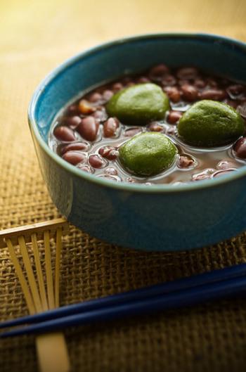 「ぜんざい」とは、粒あんを使った汁粉で、こしあんで作った「お汁粉」とはまた別。京都のぜんざいには、小豆を使った定番ものから、粟(あわ)や栗を使ったものまでいろいろ。和菓子の本場、京都ならではの味が楽しめます。
