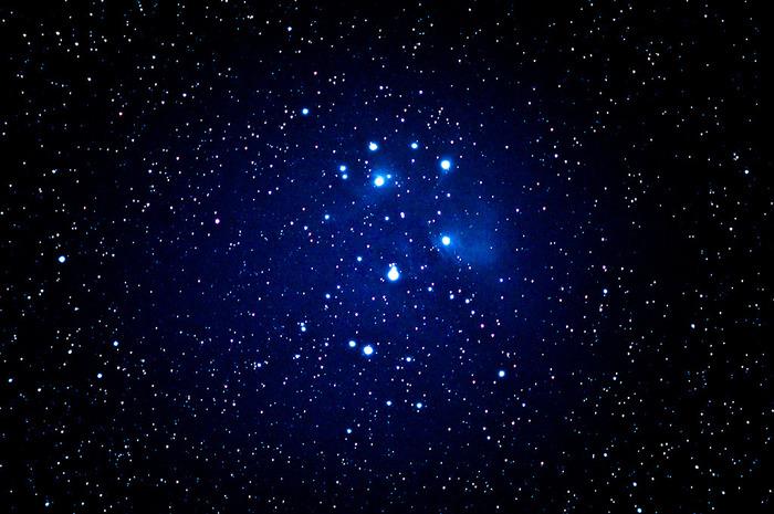 大三角形を見つけたらベテルギウスの右肩方面におうし座のプレアデス星団(すばる)を見つけることもできます。肉眼でも5個~7個は集まっているのが見え、実際には約150もの恒星が集まってできています。天体望遠鏡では精度によって20~70くらいの間で見えるそうです。