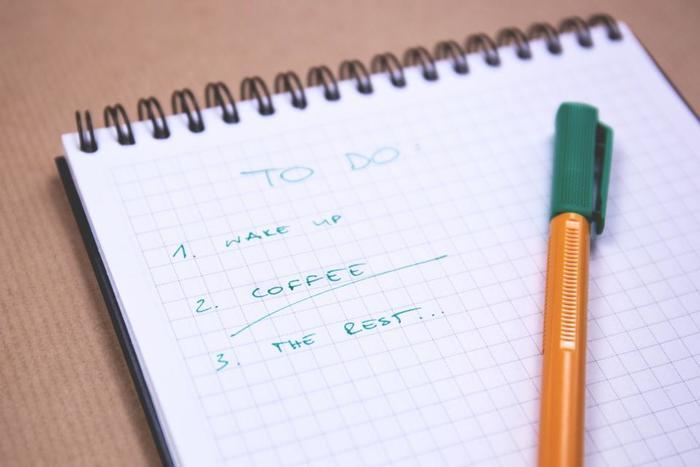 今日やることを箇条書きにしておけば、やるべきことが一目瞭然。タスクを減らすという目的があれば、自然とやる気も沸いてきます。