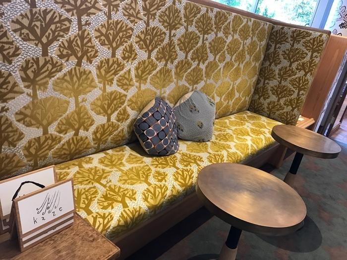 タイルだけでなく、店内のソファからファブリックに至るまで、ミナ ペルホネン ワールドに浸れるという幸せな空間。可愛い木の模様のファブリックソファー。まさに夢のようですね!