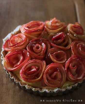 巻き終わると美しいバラの形に!作ったバラの花をタルト生地の上に並べ、きれいにこんがりと焼きあがるまで、約25〜30分間オーブンで焼きます。焼いている間に、ナパージュ(つや出し)を作ります。苺ジャム、水、レモン汁を別鍋で煮て、裏ごししておきましょう。焼きあがったリンゴの上に刷毛でナパージュを塗ったら完成です♪