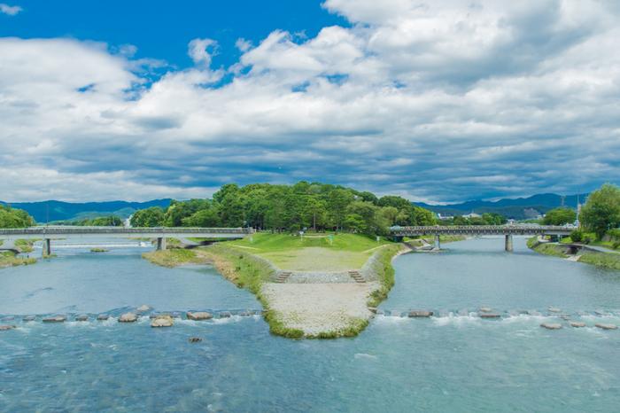 子どもと一緒に京都を巡るなら、欠かせないスポットが、この鴨川デルタ。 高野川と賀茂川が合流する三角州です。 地元の人たちの憩いの場でもあるこのデルタ地帯は、走り回って遊んでもよし、ゆっくりくつろぐもよし。