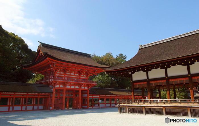 上賀茂神社と共に世界遺産にも認定されている下鴨神社。 とても有名な神社で、子どもと行くなんて恐れ多い…と思ってしまいそうですが、実はとても子ども向きな神社なのです。