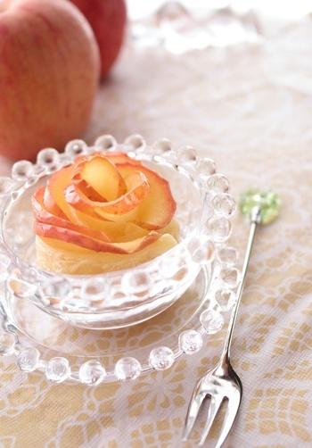 ホールで作る大きなタルトもいいですが、一口サイズの小さなタルトはいかがでしょう!バラがいくつも咲いているみたいで、とても可愛らしい雰囲気です。