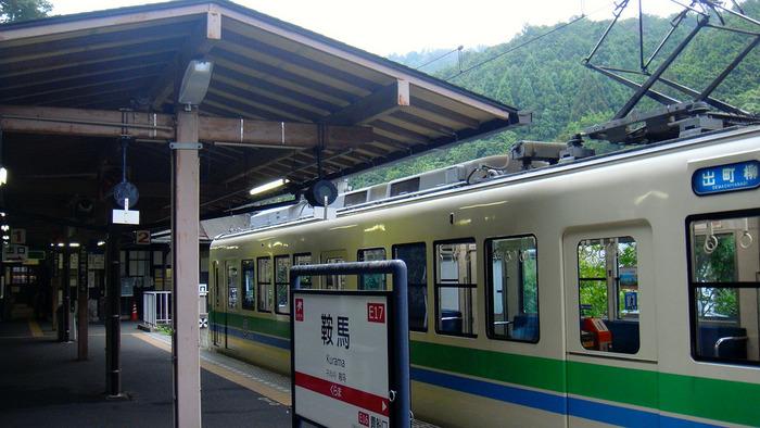 京都市内から鞍馬山までは、子どもたちが大好きな電車で向かいます。叡山電鉄というローカル線で、雄大な景色の中を通り抜けると、鞍馬駅に到着します。