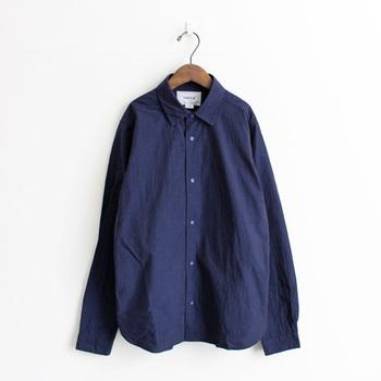 ヤエカは服部哲弘氏と井出恭子氏がデザインを手がけるブランドです。  2002年に誕生し、それ以降上質で自然体な大人の日常服として、シンプルで長く着られる服作りやライフスタイルの提案を続けています。