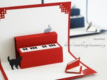 たとえば、音楽好きな方などにはこんなポップアップカードのアイデアはいかがでしょう。ピアノは、基本的なテクニックで作れそうですね。オリジナルを考えるのも楽しそうです。