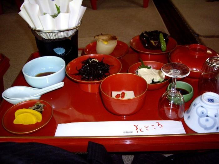 ディナーは、精進料理か会席料理から選べます。 モーニングは、贅沢な和定食です。