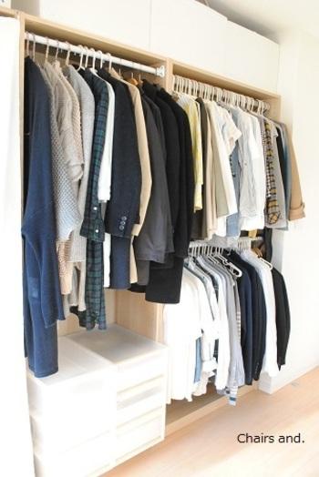こんな風にポールを取り付けて、2段にして使い、短めの上着やパンツなどを掛けておくのもスペースの有効利用になります。賃貸で壁に穴を開けたくないという方には、上のポールからぶら下げる、ブランコのようなポールも販売されていますよ。