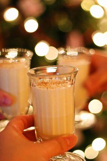 クリスマスイブに飲みたいホットドリンクと言えばエッグノッグ。卵と生クリームでとても濃厚なお味です。ラム酒を入れても◎