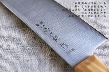 """料理研究家の有本葉子さんと、新潟燕三条の刃物メーカー「藤次郎」の熟練の職人によって開発された「la base(ラ バーゼ)」の包丁シリーズ。ラ バーゼは、""""メイドインジャパン、上質、基本の料理道具""""をコンセプトに、新潟県燕市の職人たちと時間をかけて作り上げたキッチンウェアを扱うブランドです。"""