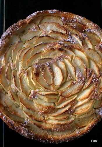 リンゴの重ね方で様々な表情を表現することができますね。一輪の薔薇の花を描いたような仕上がりに♪アーモンドクリームをベースにした林檎のタルト。クルクルっと丸めて作るバラとはまた違った雰囲気で素敵ですね。