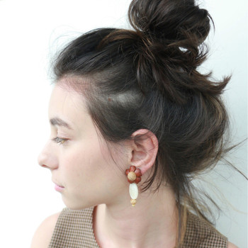 お団子ヘアのときも、前髪アップですっきりとした印象に。 大振りピアスも素敵ですね。