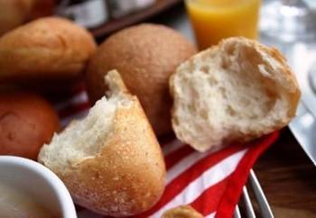 「パンとエスプレッソと」のパンは皮が薄く、しなやかでモチっとした食感が特徴です。見た目はハードでも、食感はふっくらなめらか。日本に合った本物のパンをテーマに、毎日食べても飽きの来ない味を、日々追求しています。