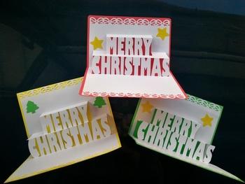 クリスマス用のポップアップカードは、クリスマスカラーで用意するのもとても可愛らしくてパーティなども盛り上がりますね。写真のように白地を生かしたデザインなら、落ち着いた雰囲気も出せそうですね。