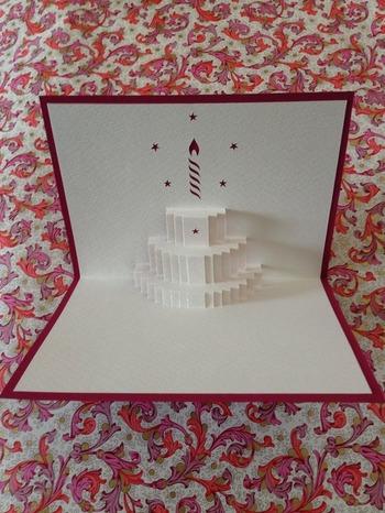 上でも作り方をご紹介した、バースデーケーキが飛び出す90度のポップアップカード。この作品は、カラーを抑えた落ち着いたトーンで、キャンドルをさりげなくあしらっているのがおしゃれ。大人の上品な雰囲気がとてもいい感じです。贈り物などに添えていかがですか?