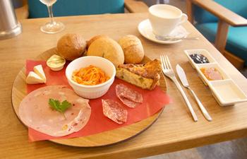 ウィークエンドプレートランチ  パンの盛り合わせに、ハム、チーズ、サイドディッシュ、更にドリンク付きの休日限定ランチ。焼きたてパンはあたたかくてふわふわでそれぞれ風味や食感の違いを楽しめる。休日にゆっくり、まったりしながらいただきたい贅沢プレート。