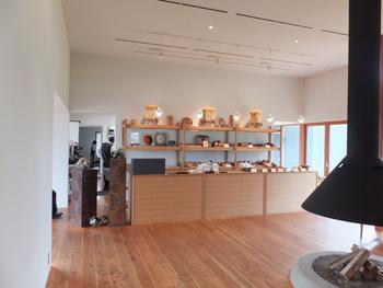 そう美瑛は小麦の大産地でもあり、「ビブレ」に併設されているパン工房では小麦を石臼で挽いて、薪で焼いたパンをいただけます。