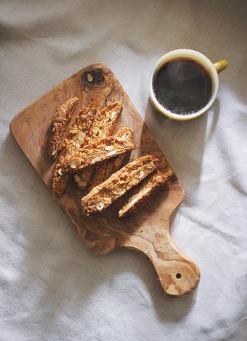 ビスコッティのレシピをご紹介しましたが、いかがでしたか?チョコ、ドライフルーツ、ナッツ、パルミジャーノなど、小麦粉にまぜる材料次第でさまざまな味が楽しめますね。今回の記事を参考に、ぜひおうちで手作りして、朝食やおやつタイムに楽しんでみて下さいね♪