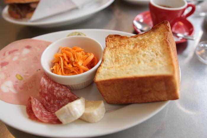 トーストセット。  ムーのトースト、サイドディッシュ、チーズ、生ハム盛り合わせのセット。外がサクサクのトーストは、食べるともっちりで、種類の違うとろけるような生ハムとの相性抜群!ゆったり味わえるシンプルで贅沢なモーニングです。